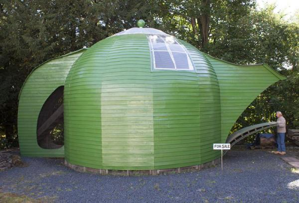 Pour your eyes over this 'very quirky' teapot home http://t.co/eEWrk9l6vF http://t.co/OmoJR2nWCk