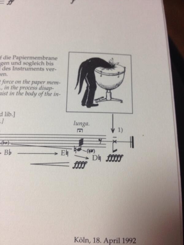 この前RTしたこのティンパニ協奏曲やけど、1台だけ皮の代わりに紙を張ったティンパニを用意してこれをやるらしい。なんというパフォーマンス…… RT @dagakki0322mrnb: カーゲルのティンパニー協奏曲の譜面見つけた http://t.co/vpNIEaXe34