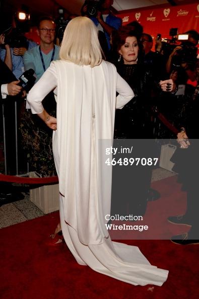 Lady Gaga e Sharon Osbourne, no tapete vermelho, hoje à noite! http://t.co/SwwbA83ehC
