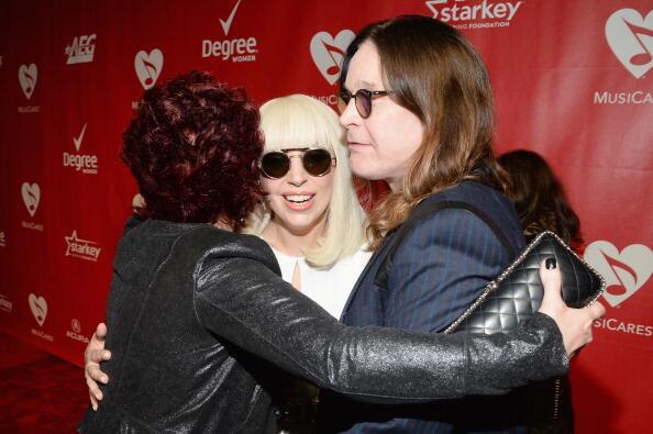 Foto - Lady Gaga, Ozzy Ousbourne e Sharon Ousbourne no tapete vermelho do MusiCares, esta noite, em Los Angeles: http://t.co/uC7Ha2jE5G