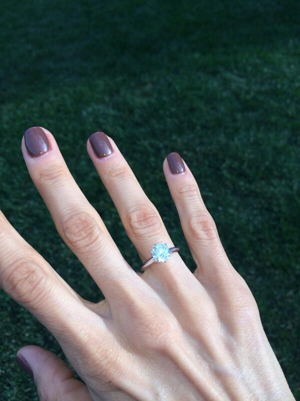 Queremos compartirles que hemos hecho ya oficial nuestro compromiso y @leodelozanne y yo nos vamos a casar! http://t.co/nPhN8yMOO8