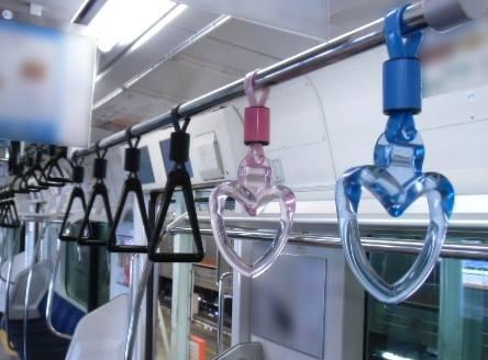 「JR京葉線を走る全ての車両の中にたった一組、ハート型の吊り手をペアで並べています。ついている場所は時々変わります。2月14日(金)までなので、探してみてください♪」(JR東日本) http://t.co/m7tnVxvI51