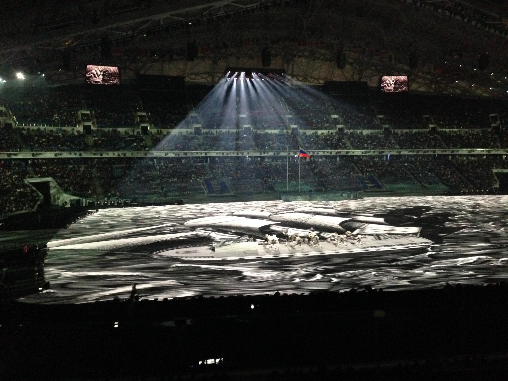 """На сцене стадиона """"Фишт"""" объемная панорама, представляющая мощь Петровской эпохи (ФОТО @Sochi2014) http://t.co/otd6vB3CpD"""