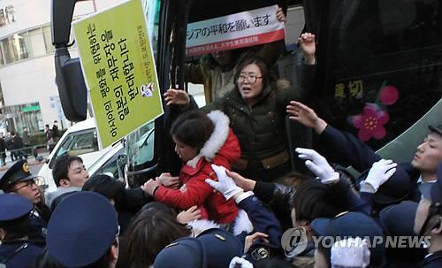 日本人は酷いことしないから乗り込んで来てこんなこと出来ると気づいてほしいですね  @j0003621 東京遠征隊なる韓国人集団が靖国神社での反日パフォを試みるも警察が阻止 - 韓国 http://t.co/1gAxfTxQaO http://t.co/CA23CCTdrQ