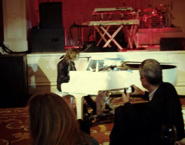 @YoshikiOfficial ありがとう for the follow and playing us a song last night! http://t.co/GhM9v8GcJg