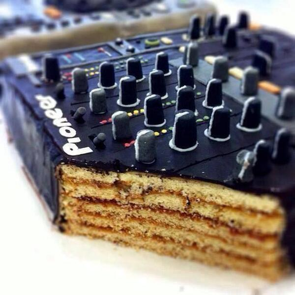 Ah yes, ..... WANT! - RT @Mastermixersrec: Nice Pioneer Cake.. http://t.co/jCkMghUGXw