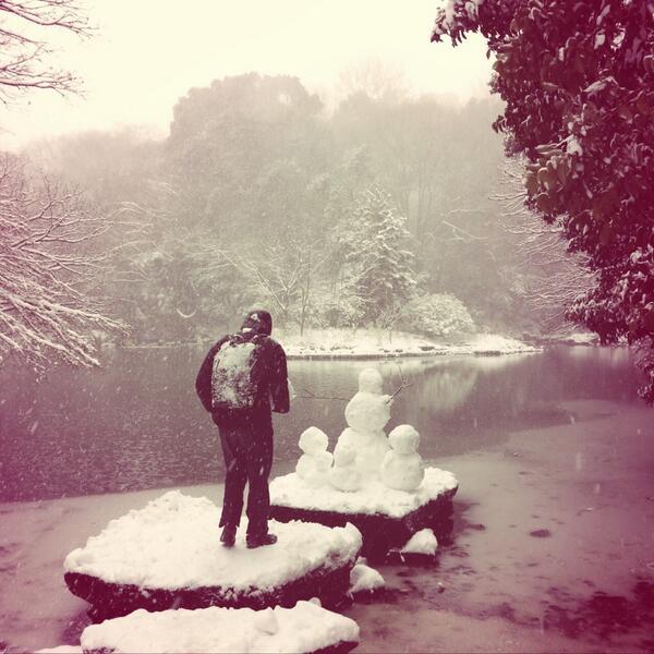 大雪に見舞われた文京区の東京大学では、落とした単位の魂を慰めるために築かれた雪像の前で静かに手を合わせる学生の姿もみられ、 http://t.co/tsB4TXpNy4