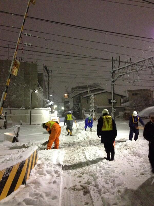 これこれ。この人たちが日本を支えている。ぬくぬくと「電力が足りてる」云々と議論している書斎人じゃない。 @kaicho_6202: 鉄道ってのはこうやって走ってるんだよなあ。本当に頭が下がる。 http://t.co/7GFaGesIiR
