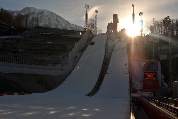 Трамплины #РусскиеГорки перед квалификацией в мужских прыжках на лыжах с трамплина Олимпийских зимних игр #Сочи2014 http://t.co/wcuvMZ33PI