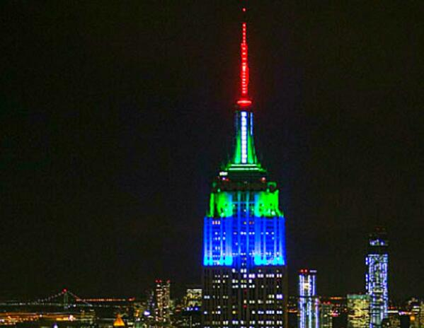 Empire State Building turns blue and green after @Seahawks 12s win a hashtag battle. #SB48 #NYC http://t.co/Y0wdGkhGIO
