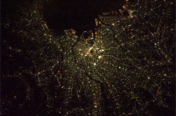 すげ〜! @Astro_Wakata: 宇宙から見る眩い東京の夜景です。5時間ほど前に通過しました。 http://t.co/OxEyMSOTTr