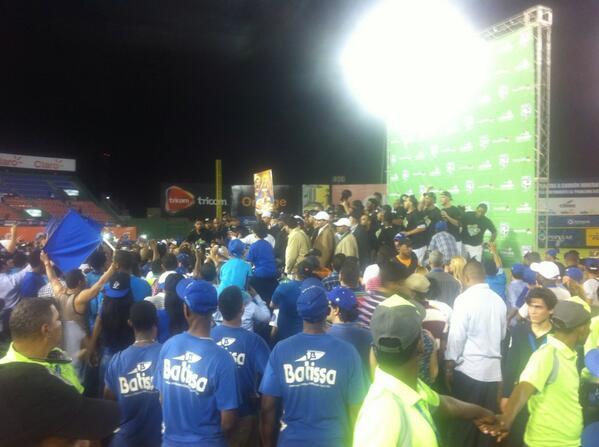 El equipo del Licey recibe su trofeo! http://t.co/vKb1wub8Pl
