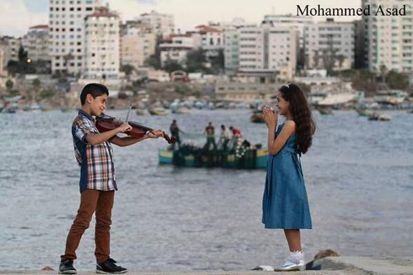 الصورة من قطاع غزة، فليقتلوا براعم السعادة هذه ودورة الحياة بكامل جمالها، إن استطاعوا. http://t.co/1gkgS2slcV