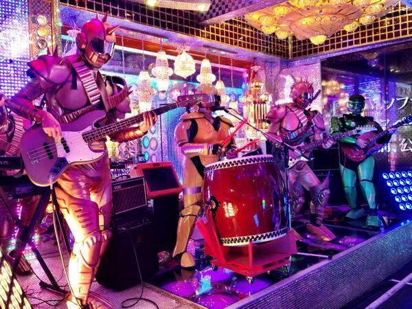 初ロボットレストラン\(^o^)/ 入り口からこのお・も・て・な・し http://t.co/b7mEJRuVyh