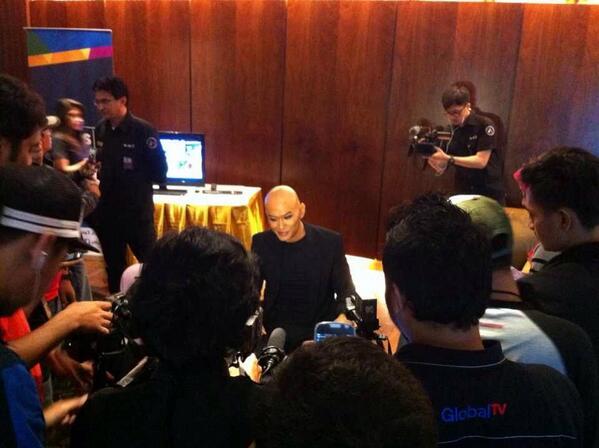 @corbuzier seusai Konferensi Pers program @HitamPutihT7. Nantikan 03.02.2014 di TRANS7. http://t.co/jOnj2GAQfO
