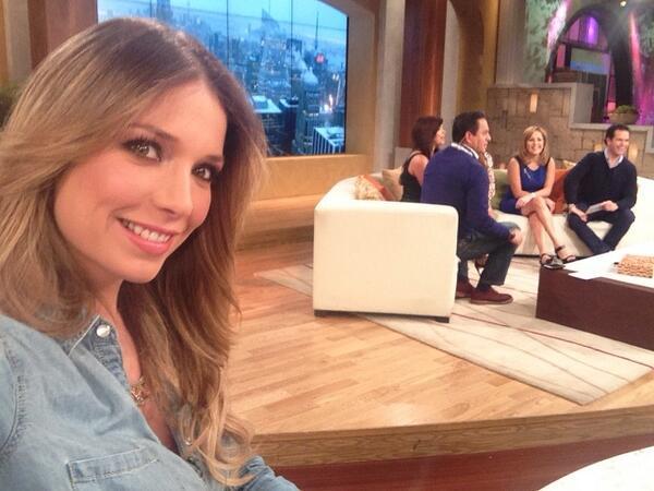 Si estas viendo @UnNuevoDia @Telemundo dame RT te mandare un saludo al aire en vivo! http://t.co/Tg6iOjmC83