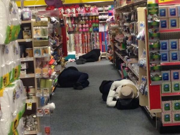 Southern Discomfort: Atlanta frozen solid. Thousands stranded- sleeping in stores. http://t.co/LGoHvk6QD6 http://t.co/fHSx0q8Ey6