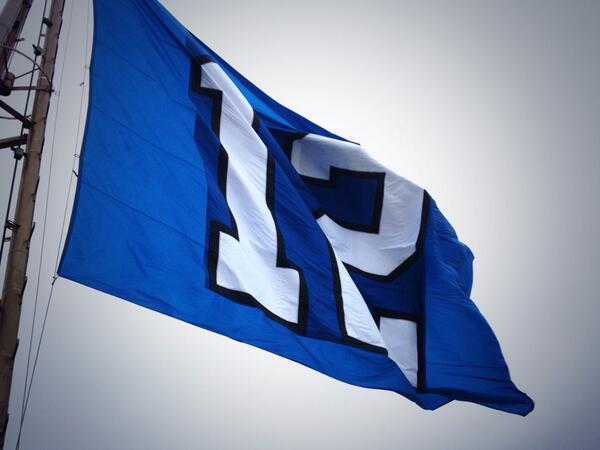 She's looking good! The @Seahawks #12flag flying proudly above the city. #gohawks #NEEDLETONJ http://t.co/Pz7Ln0Uehn