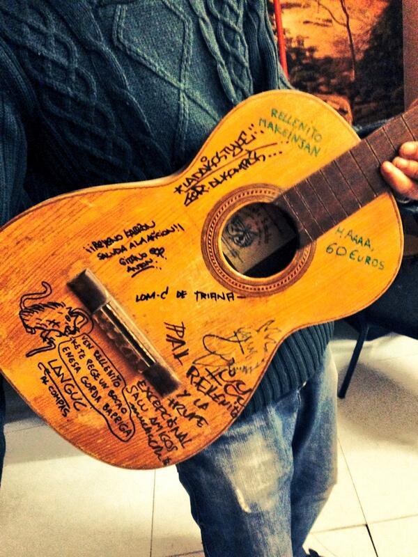 Para q veáis q todabia tengo la guitarra sin cuerdas q le quería vender a el @Langui_Oficial, q  buenos recuerdos. http://t.co/WmH08XDyMB