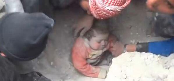 Bombardements en Syrie : un bébé miraculeusement sauvé des décombres. EN VIDÉO ici >>http://t.co/XItRSOzf3P http://t.co/0l8yYMPvkX