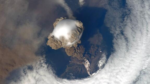 This volcanic eruption looks absolutely incredible from space. http://t.co/pBVyQagxMq http://t.co/tbBuTbzLmT