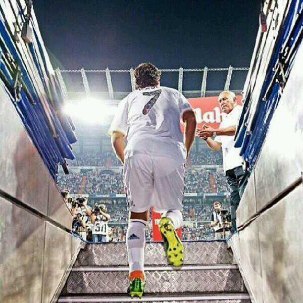 Preciosa foto. Raúl a punto de saltar al terreno de juego el día de su homenaje con el Real Madrid. #Madridismo http://t.co/42cO3RtJEB