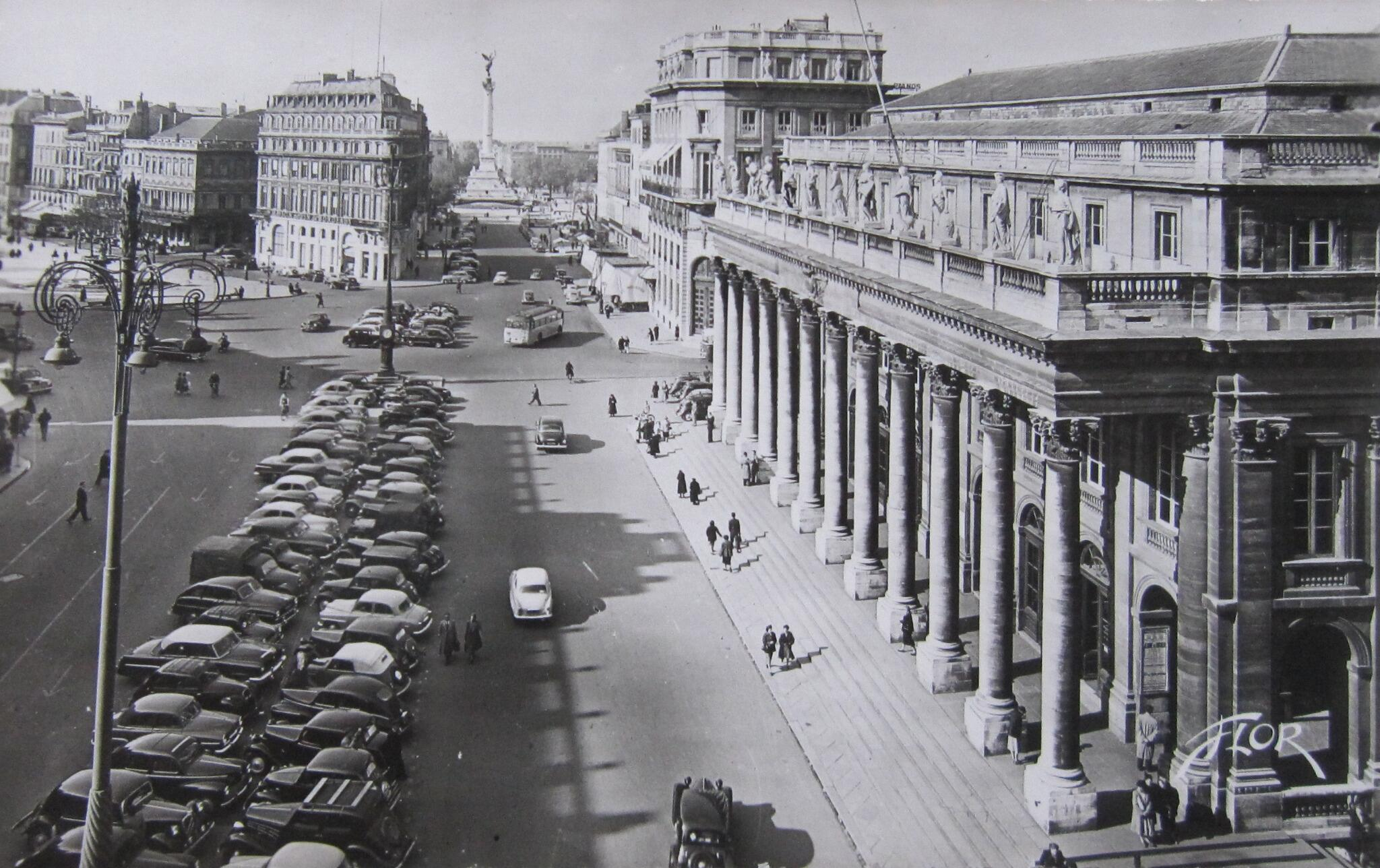 Lots of smart cars lined up outside the Grand Théâtre in @Bordeaux in line with clock/lamp-post which is still there! http://t.co/AvFa1utzfi