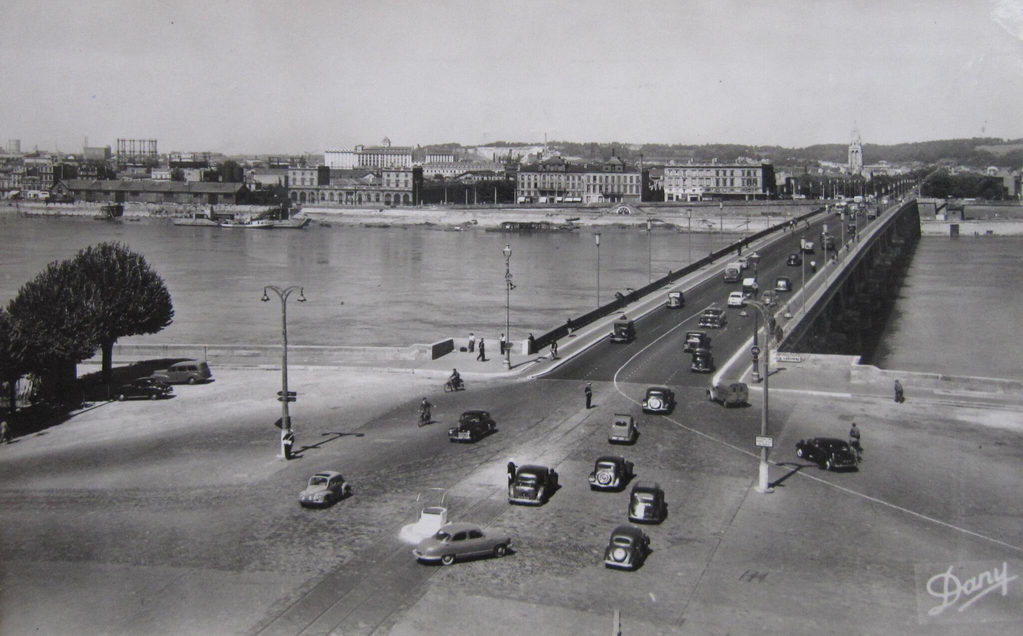 1950s shot of @Bordeaux Pont de Pierre: cars, a few bikes, some pedestrians and two policemen patrolling proceedings. http://t.co/dbgM3lNDUc