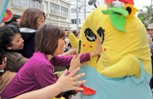 www… RT @joypoodle: お顔ぺちゃんこなっしー…>_<…でーじうれしいなっしー!那覇にふなっしー | 沖縄タイムス+プラス http://t.co/BQDClhmvku http://t.co/aCJ24XQ3in
