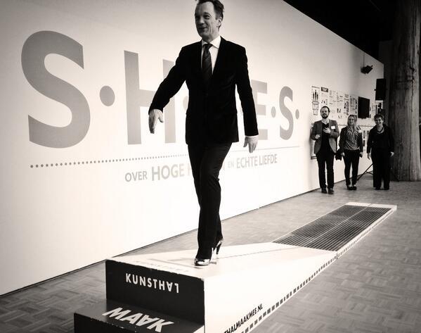 Rijksmuseum hoofddirecteur @wimpijbes loopt de SHOES catwalk  'on high heels' @kunsthal opening http://t.co/xZbRTznWx1