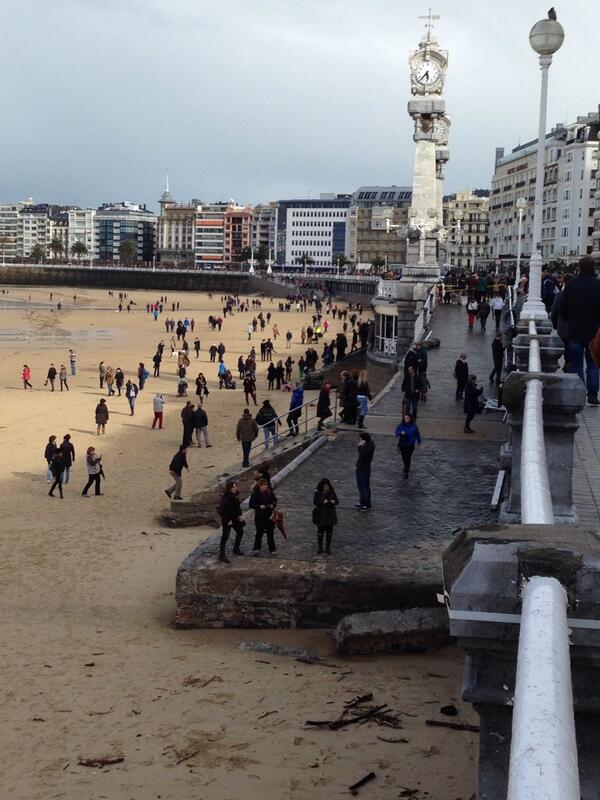 Y tras el tsunami del mar, el tsumani de curiosos. Donostia vive la resaca de un temporal histórico http://t.co/c73xK7xf3M