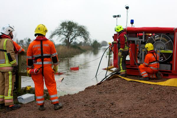 Four extra high volume pumps have been called to #SomersetLevels as back up #Somersetfloods http://t.co/sgNfZIBqjw http://t.co/LSAZ512ly4