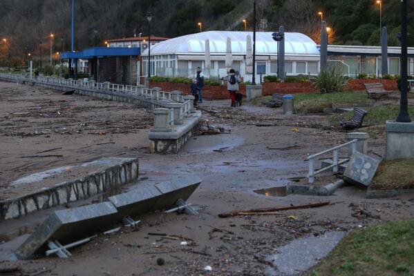 La playa de Ereaga en #Getxo sufre importantes dañospor el temporal .http://t.co/YsrP4wpB3u Vídeo de @LuisCalabor http://t.co/PcRiErGJUH