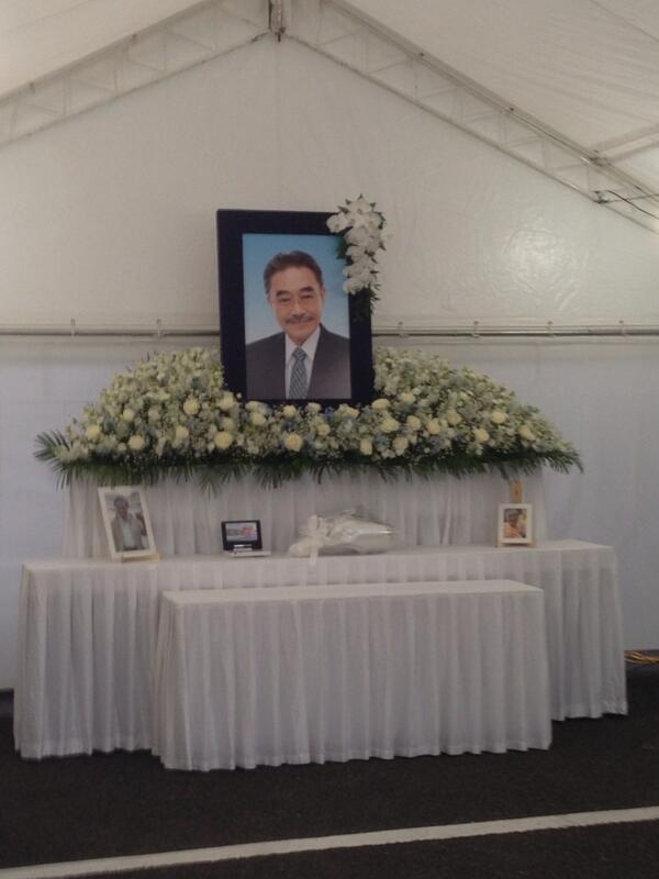 【拡散】アニメ記者ムラカミです。こちらが、青山葬儀所に設置された、ファン向けの献花台です。通夜が始まる1時間前から訪れる方もいらっしゃいました…足を運べないファンの皆さん、こちらの写真にご冥福をお祈り下さい。 http://t.co/b1sJJqdDHF