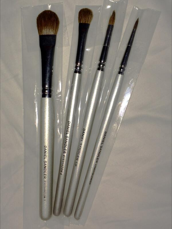 Award Winning Brushes up 4 grabs.1 Winner. #Comp #Giveaway RT&F 2 enter. Ends Feb 8th. Good Luck! http://t.co/Wk8jIC2G2H