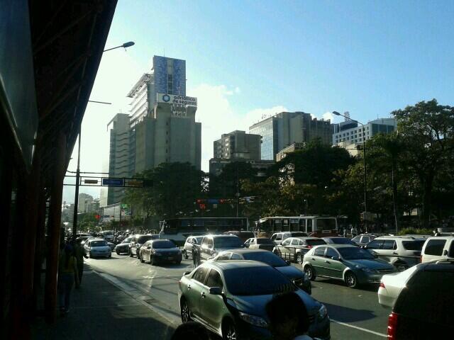 @MAQUINADELAIRE protesta en la plaza altamira http://t.co/yuYZZPczE7