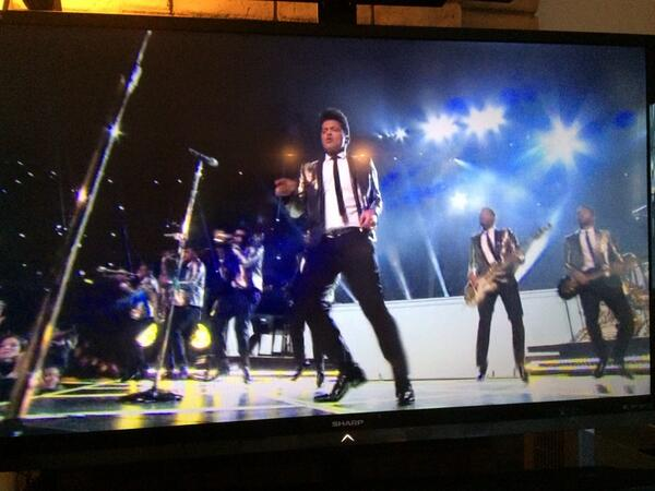 Bruno Mars dedicates his #Superbowl half-time performance to her Filipina mom who just recently passed away. http://t.co/QEpSGe834y