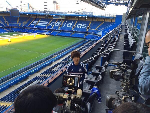 기자회견중인 지소연 선수. 여기는 첼시 스탬포드브릿지 http://t.co/b3GHlwFLIU