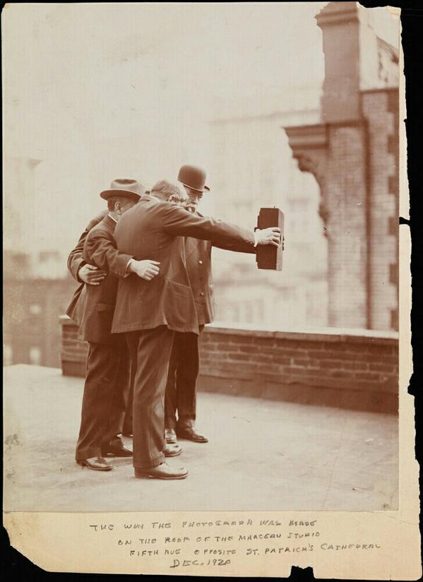 ":-) ""@mennopot: Selfie anno 1928. http://t.co/Y9M7ZCLZdg (via @SenolTapirdamaz)"""