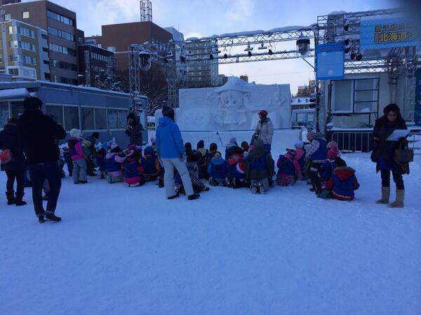 小学生が雪ミクの写生会してる!めちゃめちゃ微笑ましい #snowmiku http://t.co/CjEzZIwnZf