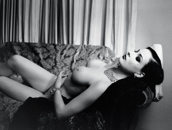 All the tease you need in this black and white of @DitaVonTeese. #TBT #NSFW [pic]: http://t.co/tW9yGP4asY