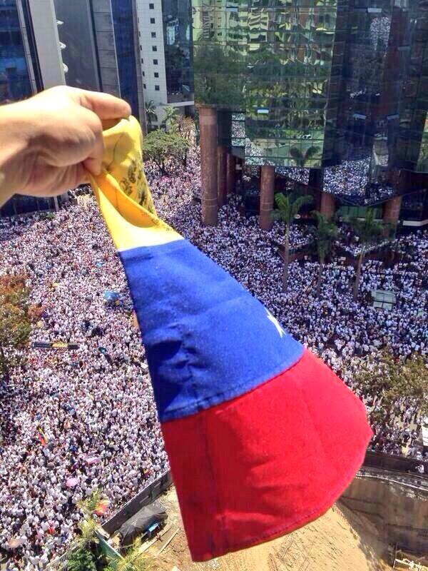 Lilian Tintori (@liliantintori): No estoy sola, estoy con VENEZUELA! @leopoldolopez http://t.co/TIy0uOn65q
