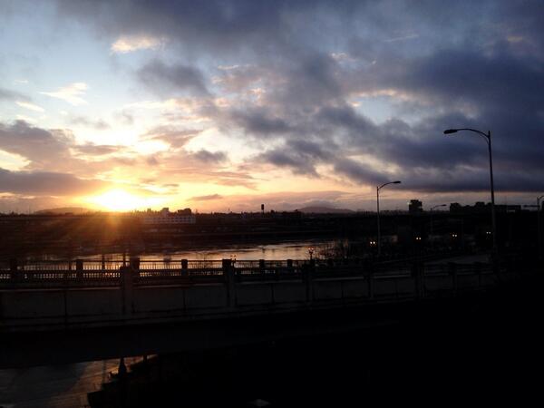 Sun rise in Portland. http://t.co/j0LEEUXUw1