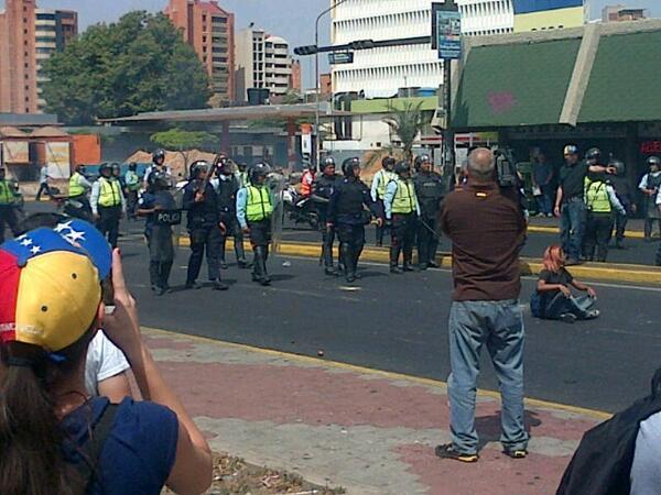 """""""@AloLetty: Así llego la Policía Regional a la Plaza de la República, denuncian excesos en su actuación. http://t.co/34xUMKT4Vy"""""""