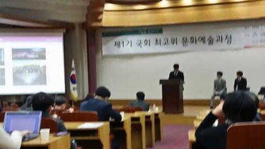 국회에서 슈퍼주니어 멤버인 은혁, 신동, 성민씨로부터 '세계가 k-pop에 물들다' 라는 주제로 아침수업 받고 있습니다. 역시 월드스타답게 말도 잘하고 재밌게 강의해주네요 http://t.co/j1pBmQT0YP
