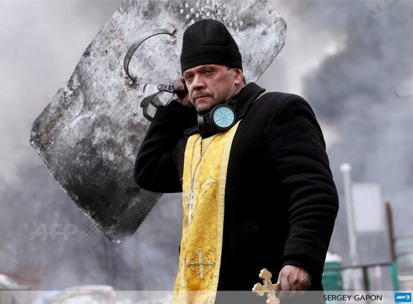 Nowy symbol z dziś RT @fgeffardAFP: A priest holds a cross and shield during clashes in Kiev by Sergey Gapon #AFP http://t.co/GshxgPV0Hs