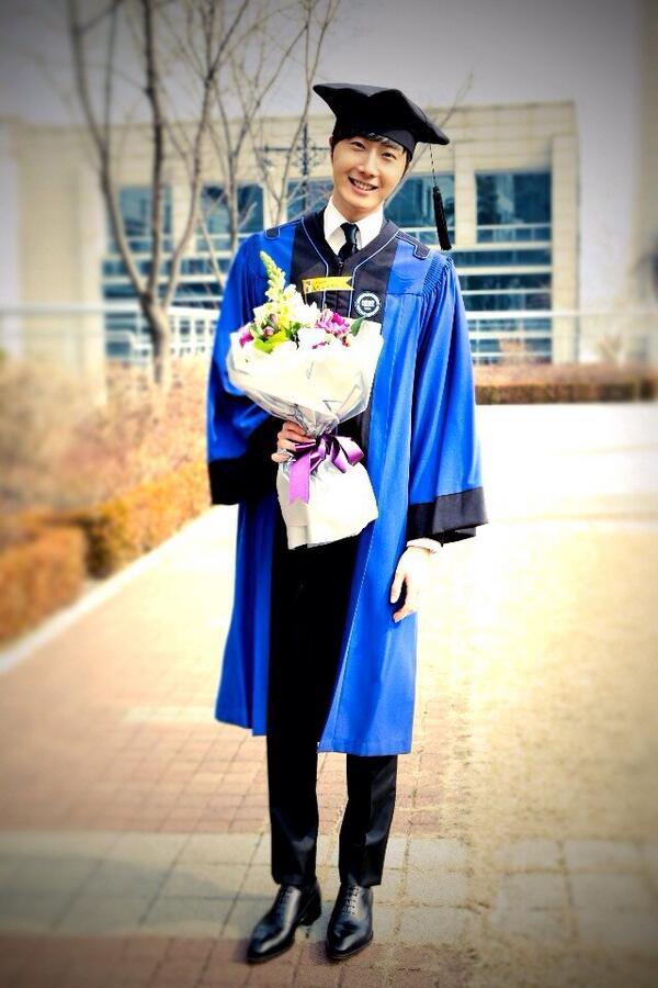 졸업! 축하해줘서 땡큐! 나도 선물있어.. 궁금해? http://t.co/Z4jsVe7RSU