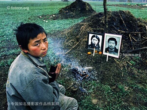 2001年11月,摄影家卢广了解到河南有很多因卖血感染艾滋病 http://t.co/tmxhMpdkU7 两年多,卢广去过这些村落30多次,用相机留下震撼人心的镜头。图为高容生,13岁,父母均死于艾滋病(2001年11月9日摄) http://t.co/1BLOby6BBF