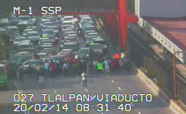 ZC #Inconformes bloquean Calz. de Tlalpan a la altura de la estación del metro Viaducto al Norte. Alt. Eje Central. http://t.co/V6i5Ckp00J
