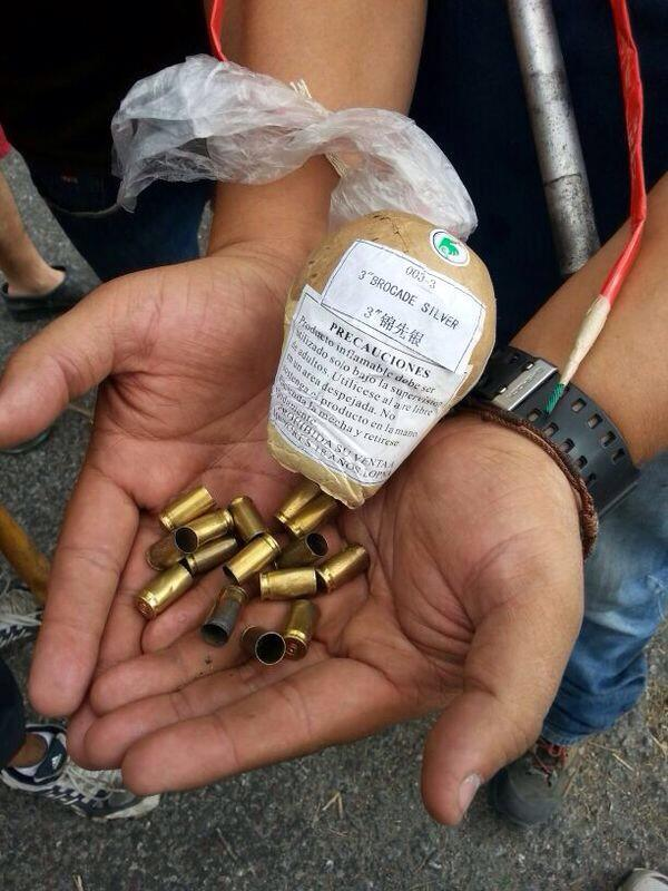 2:23 pm los vecinos de la urb las trinitarias comienza a recolectar parte de los regalitos que nos dejaron http://t.co/UudmdgRPBs
